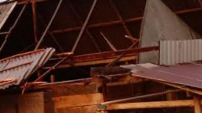 Diterjang Angin Puting Beliung, Atap Rumah Warga di Wonomulyo Terbongkar
