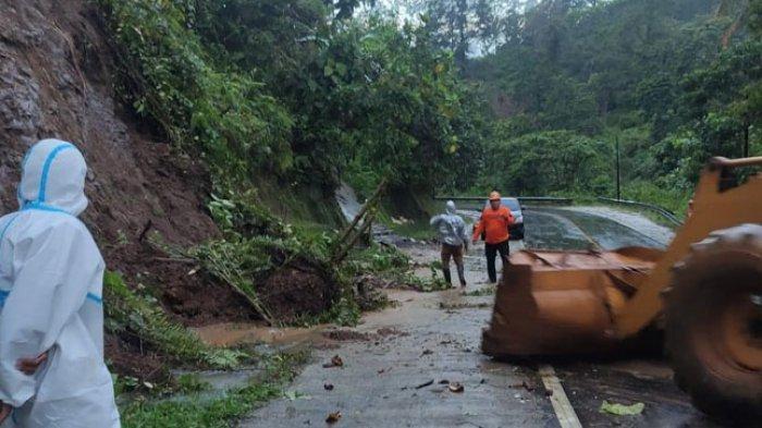 BPBD Mamuju Bersihkan Longsor di Desa Botteng Utara, Jalan Trans Sulawesi Kembali Lancar