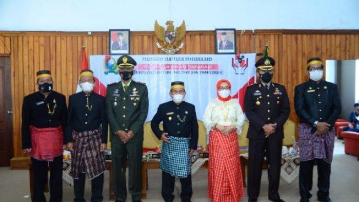 Bupati Majene Pakai Baju Adat Mandar di Upacara Peringatan Hari Pancasila Virtual