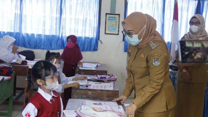 Bupati Mamuju, Sutinah Suhardi sedang berbicara dengan seorang siswi SD