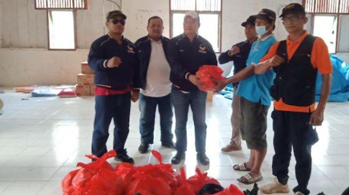 Peduli Korban Bencana Desa Burana, NasDem Mamasa Beri Bantuan 70 Paket Sembako