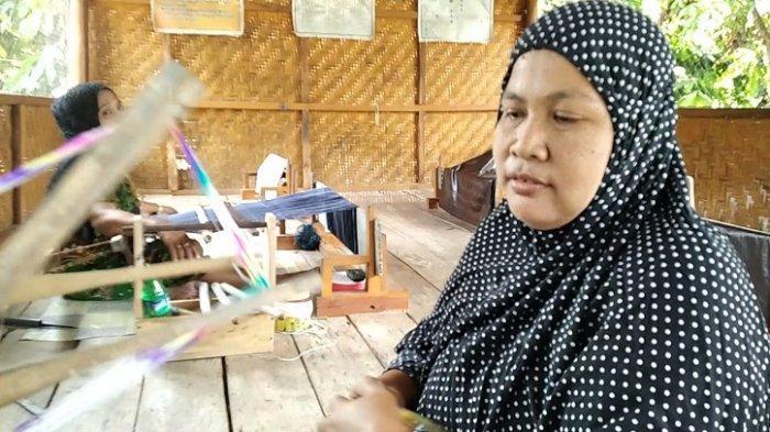 Darmawati warga Tinambung Polman penenun kain sutra mandar 3