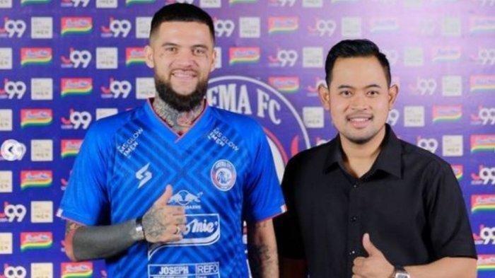 Diego Michiels (kiri) resmi diperkenalkan presiden Arema FC, Gilang Widya Pramana (kanan)