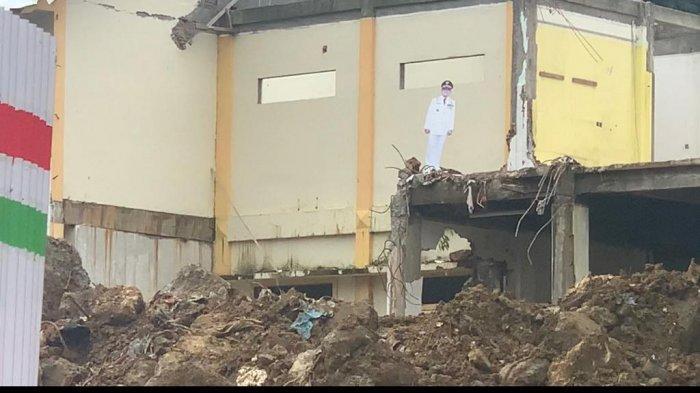 SDK Berseragam PDU Lengkap Masih 'Berdiri' di Atas Reruntuhan Kantor Bupati Mamuju