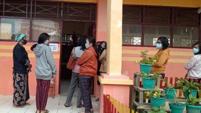 Hari Pertama Belajar Tatap Muka di SDN 001 Mamasa, Orangtua Murid Ikut Sekolah