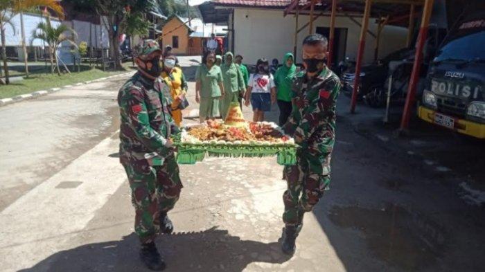 Persit Kodim 1428 Mamasa Bawa Nasi Tumpeng ke Polres, Rayakan HUT Bhayangkara