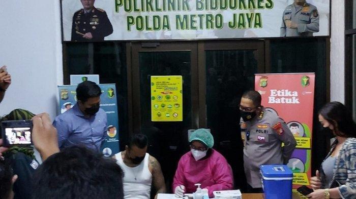 Jerinx saat menyambangi Biddokkes Polda Metro Jaya