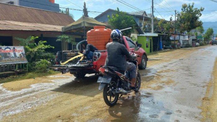 Berdebu! Jl Andi Makkasau Mamuju Akhirnya Disiram Pihak Pengembang