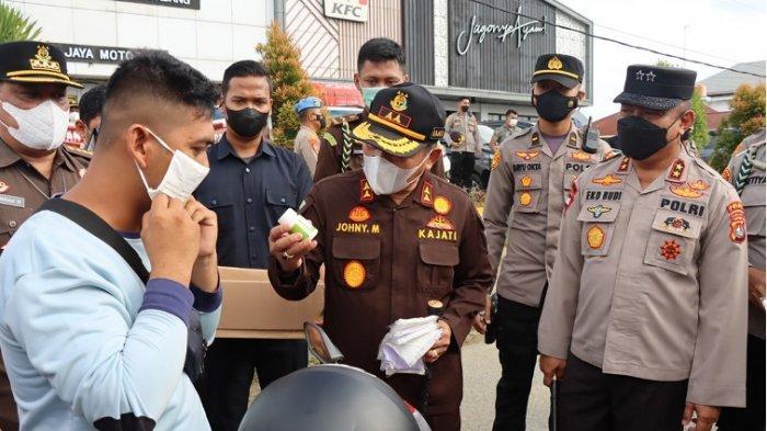 Kajati Kapolda & Gubernur Sulbar Dukung PPKM Dengan Bagi-bagi Masker di Mamuju
