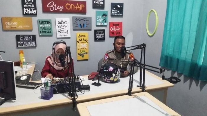 Polres Majene Edukasi Masyarakat Tertib Lalu lintas & Patuh Prokes Covid-19 Lewat Radio