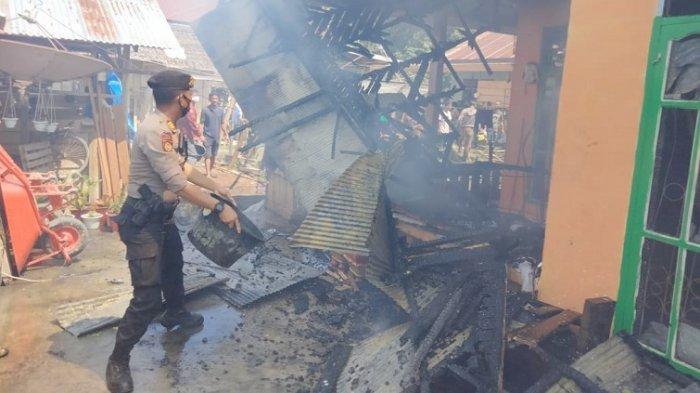 Rumah Warga Sarjo Pasangkayu Terbakar, Polisi Masyarakat Padamkan Pakai Alat Seadanya