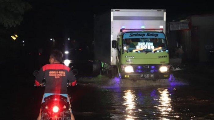 Lalu Lintas di Depan SPBU Malunda Macet dan Rumah Warga Kebanjiran
