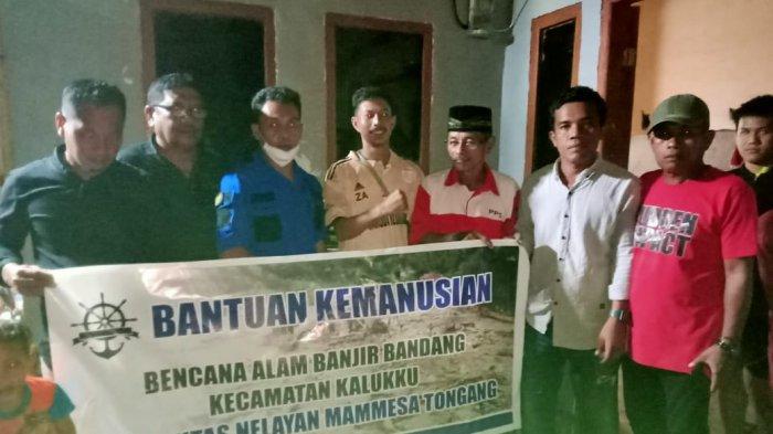 Komunitas Nelayan Mammesa Bantu Korban Banjir Sandoang, Salurkan Beras Hingga Mie Instan
