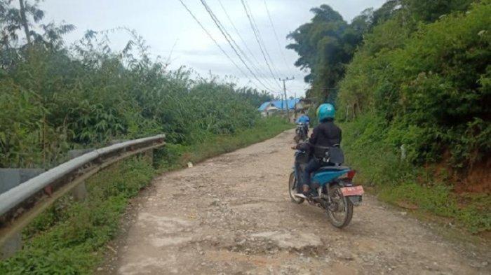 Jalan Poros Mamasa-Tawalian Rusak Parah, Warga: Hindari Lubang Injak Lubang