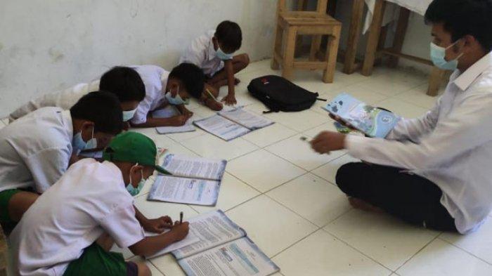 Ruang Kelas Ambruk Termakan Usia, Murid MI DDI Penatangan Polman Terpaksa Melantai saat Belajar