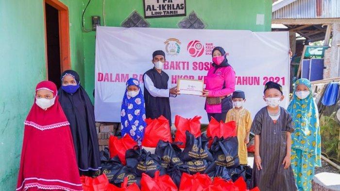 PD Bhayangkari Polda Sulbar Salurkan Ratusan Paket Sembako Kepada Warga Kurang Mampu