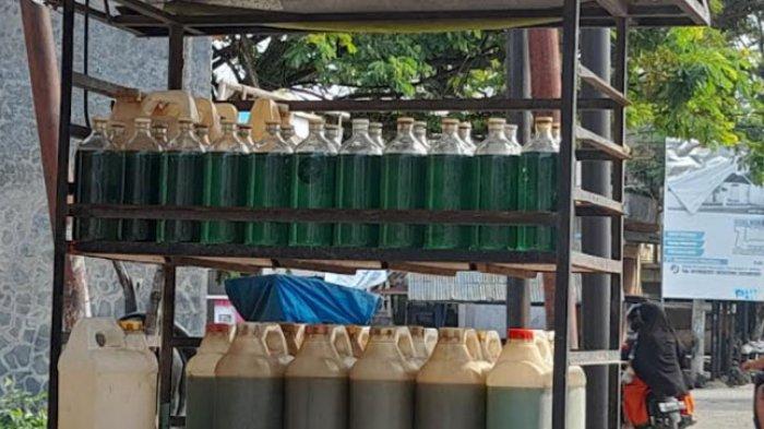 Penjual BBM Eceran di Mamuju Diserbu, Rahmawati: Harga Tetap Normal, Rp 10 Ribu Per Botol