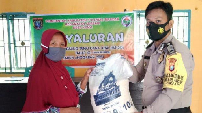 Pastikan Tepat Sasaran, Polisi Kawal Penyaluran Bantuan Beras PPKM di Desa Kunyi Polman