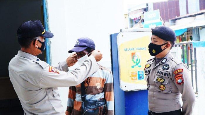 Banyak yang Masih Abai Prokes, Polres Majene Sebar Masker kepada Pengunjung Pasar Sentral Majene