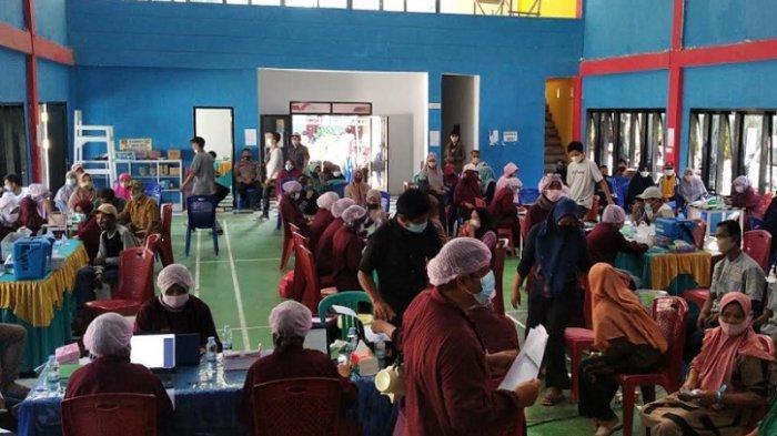 Peserta Vaksinasi Covid-19 di Campalagian Membludak, Warga Rela Antre di Kantor Desa