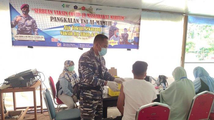 Program Serbuan Vaksinasi Maritim Lanal Mamuju Diikuti 97 Orang