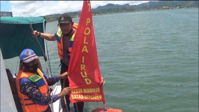 Polairud Polresta Mamuju Sebar Tanda Batas Maksimal Berenang di Kawasan Pantai Manakarra