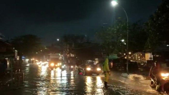Polres Majene Lakukan Buka Tutup Jalan di Depan SPBU Lembang Majene