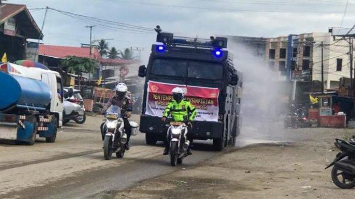 Kasus Covid-19 Meningkat, Polres Mamuju Tengah Semprotkan Disinfektan di Jalan Raya