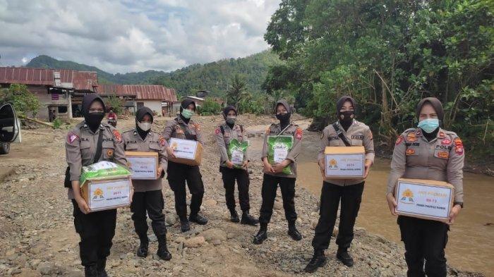 Sambut HUT ke-73, Polwan Polres Polman Bantu Korban Banjir di Desa Riso