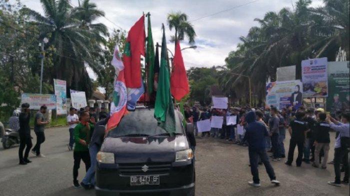 Perjuangkan Arya dan Cristina, Ratusan Massa Padati Jl Ahmad Kirang, Arus Lalu Lintas Macet