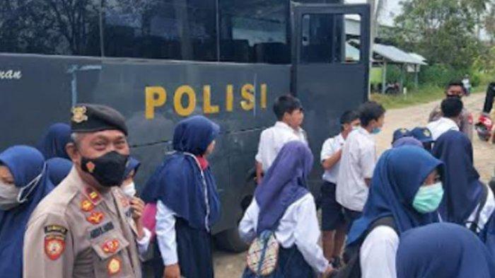 Siswa dan Santri di Polman Dijemput Bus Polisi untuk Vaksinasi Covid-19