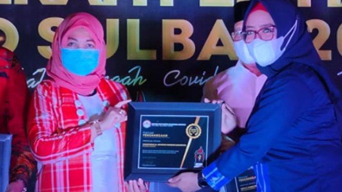 Rektor Unasman Chuduriah Sahabuddin Terima Penghargaan dari KPID Sulbar