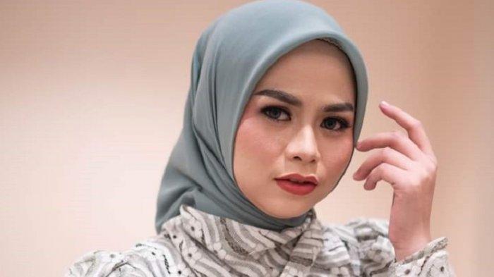 Lagu Cinta Berpayungkan Bulan Antarkan Rezki Juara RSID, Simak Profil Penyanyi Asal Mamuju Ini