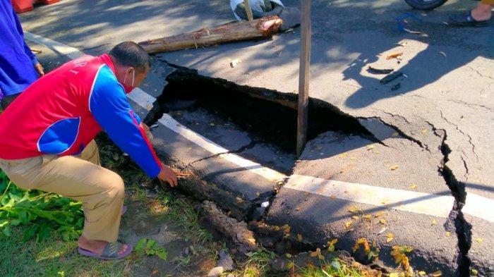 Jalan Amblas di Malunda, Camat: Sudah Lama Retak-retak