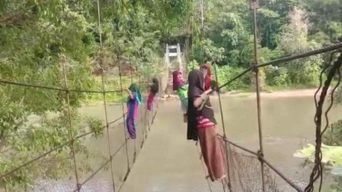 Jembatan Gantung Rusak, Siswa SD Bak Spiderman Seberangi Sungai, Kepala Dusun: Ada 150 Jiwa