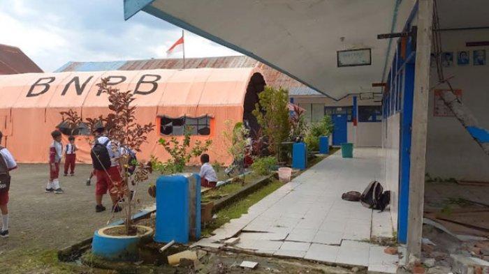 Gedung Ambruk, Tenda BNPB Jadi Ruang Kelas Siswa SDN 4 Mamuju