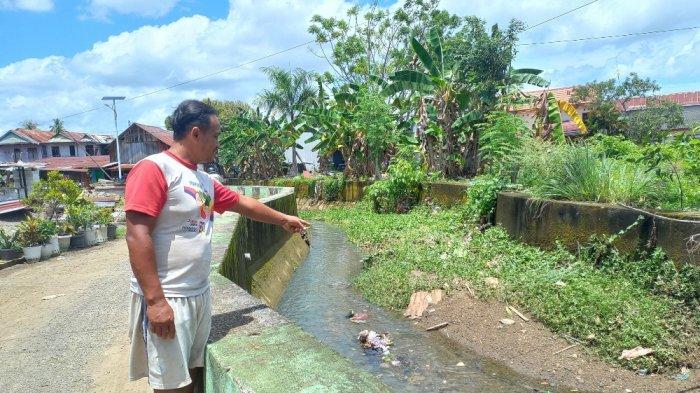 Salah satu warga RT Puncak Selatan, Kelurahan Binangan, Mamuju memperlihatkan dangkalnya kanal.