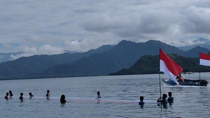 Bentangkan Bendera 76 Meter, Sandeq Pencinta Alam Polman Promosikan Wisata Gusung Toraja