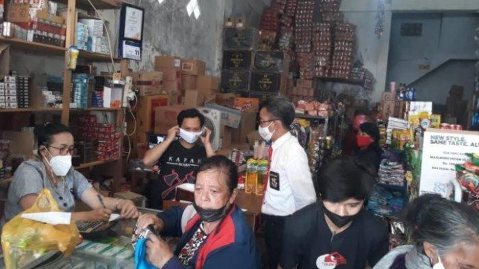 Bagi-bagi Masker, Satreskrim Polres Mamasa Sasar Pertokoan