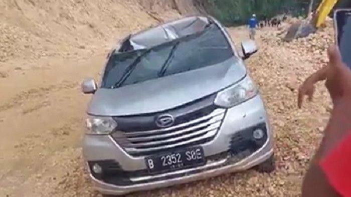 BREAKING NEWS: Minibus dengan 3 Penumpang Dijatuhi Batu di Tubo Majene