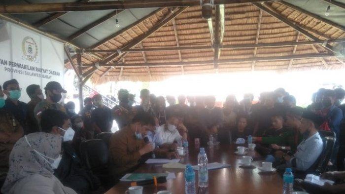 Mahasiswa Demo, Kadispora Sulbar Hamzih Menandatangani Surat Siap Mundur