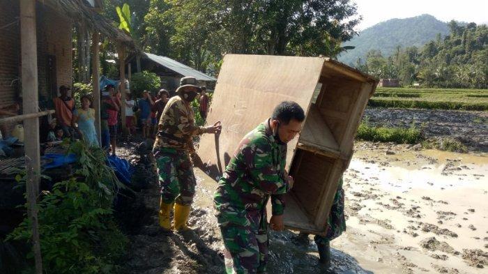 Banjir Juga Landa Desa Riso Polman, TNI Bantu Evakuasi Barang Warga