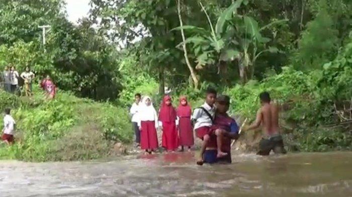 Seorang Ayah di Polman Rela Terobos Banjir Agar Anaknya dapat Mengikuti Sekolah Tatap Muka