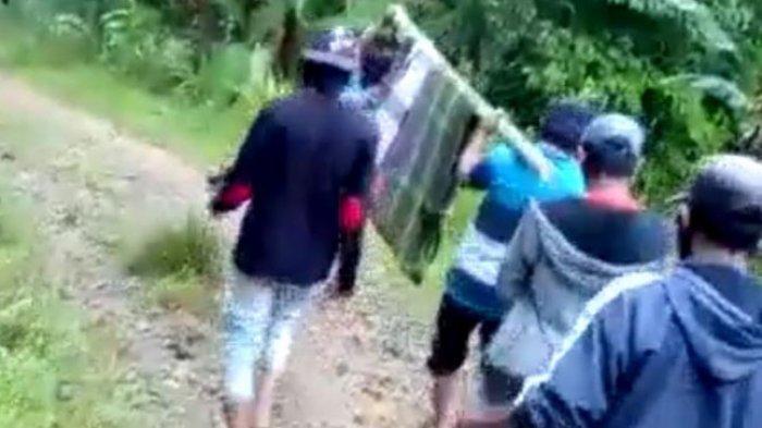 Orang Sakit di Mamasa Ditandu 8 Kilometer ke Puskesmas, Irwan: Jalanan Rusak Lewati Dua Sungai