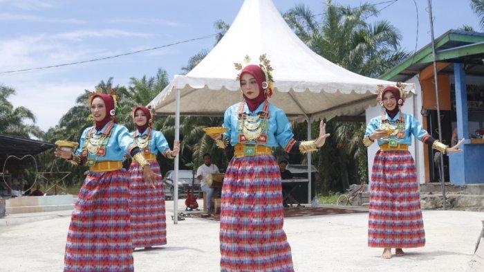 Tarian Paduppa Sambut Peserta Fam Trip Jelajah Wisata Sulbar di Mamuju Tengah
