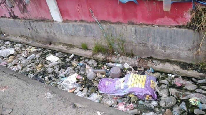 Drainase Pasar Wonomulyo Polman Dipenuhi Sampah