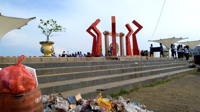 Tumpukan sampah plastik ditinggalkan Bupati Mamuju usai senam di Anjungan Manakarra