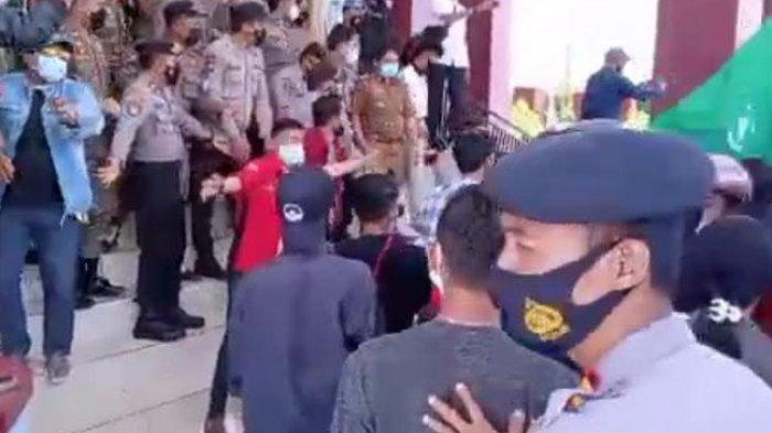 Demo Pencopotan Kapus Tabulahan di Kantor Bupati Mamasa Ricuh