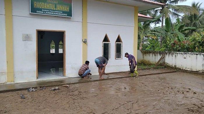 Warga Desa Landi Kanusuang Polman Mulai Bersihkan Lumpur Sisa Banjir