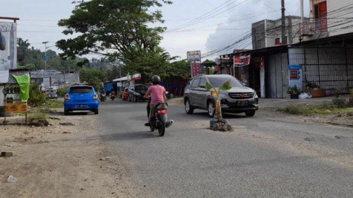 Setelah Warga Tanam Pohon Pisang di Jalan Rusak, Kadis PU Sulbar Janji Segera Perbaiki